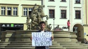 OLOMOUC, ΔΗΜΟΚΡΑΤΊΑ ΤΗΣ ΤΣΕΧΊΑΣ, ΣΤΙΣ 15 ΙΟΥΝΊΟΥ 2017: Επίδειξη για την υποστήριξη των προσφύγων, πρόσφυγες ευπρόσδεκτη Ευρώπη, τ απόθεμα βίντεο
