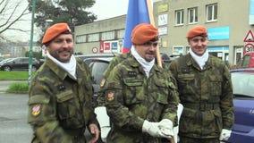 OLOMOUC, ΔΗΜΟΚΡΑΤΊΑ ΤΗΣ ΤΣΕΧΊΑΣ, ΣΤΙΣ 17 ΝΟΕΜΒΡΊΟΥ 2017: Το στράτευμα ελίτ της Δημοκρατίας της Τσεχίας είναι οπλισμένοι στρατιώτε φιλμ μικρού μήκους