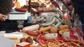 OLOMOUC, ЧЕХИЯ, 29-ОЕ ФЕВРАЛЯ 2019: Рынок с сосиской домочадца убоя свиньи продуктов стойла традиционной сток-видео