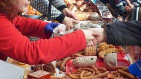 OLOMOUC, ЧЕХИЯ, 29-ОЕ ФЕВРАЛЯ 2019: Рынок с сосиской домочадца убоя свиньи продуктов стойла традиционной акции видеоматериалы
