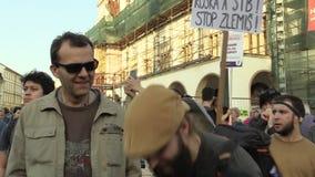 OLOMOUC, ЧЕХИЯ, 9-ОЕ АПРЕЛЯ 2018: Демонстрация людей толпится против премьер-министра Andrej Babis акции видеоматериалы