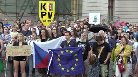 Olomouc, чехия, 15-ое мая 2018: Демонстрация людей толпится против премьер-министра Andrej Babis и сток-видео