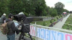 OLOMOUC, ЧЕХИЯ, 23-ЬЕ ИЮНЯ 2018: Половинная гонка марафона бежит Olomouc девятое, город следа в парке профессиональный оператор акции видеоматериалы