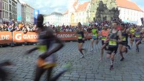 OLOMOUC, ЧЕХИЯ, 23-ЬЕ ИЮНЯ 2018: Половинная гонка марафона бежит Olomouc девятое, след в историческом центре города акции видеоматериалы