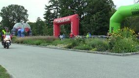 OLOMOUC, ЧЕХИЯ, 23-ЬЕ ИЮНЯ 2018: Половинная гонка марафона бежит Olomouc девятое, след в центре города в парке Smetanovy акции видеоматериалы