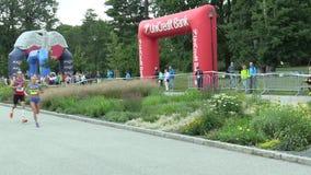 OLOMOUC, ЧЕХИЯ, 23-ЬЕ ИЮНЯ 2018: Половинная гонка марафона бежит Olomouc девятое, след в центре города в парке Smetanovy сток-видео