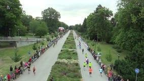 OLOMOUC, ЧЕХИЯ, 23-ЬЕ ИЮНЯ 2018: Половинная гонка марафона бежит Olomouc девятое, след в центре города в парке Smetanovy видеоматериал