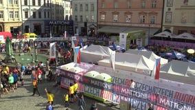 OLOMOUC, ЧЕХИЯ, 23-ЬЕ ИЮНЯ 2018: Половинная гонка марафона бежит Olomouc девятое, след в центре города в квадратном Horni акции видеоматериалы