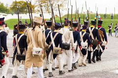 Olomouc czecha ryps Października 7th 2017 dziejowy festiwal Olmutz 1813 Napoleońscy żołnierze maszeruje z ich muszkietami dalej zdjęcie stock
