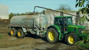 OLOMOUC, RÉPUBLIQUE TCHÈQUE, LE 21 AOÛT 2018 : Engrais de propagation de remorque spéciale de John Deere de tracteur de boue sur  photos libres de droits