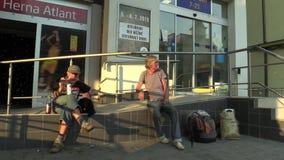 OLOMOUC, RÉPUBLIQUE TCHÈQUE, LE 12 AOÛT 2015 : Sans-abri d'homme supérieur et de femme en alcool potable de ville bu banque de vidéos