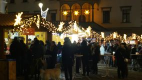 Olomouc, République Tchèque, le 20 décembre 2018 : Nuit des marchés de Noël, illumination avec des étoiles d'ornements et ornemen banque de vidéos