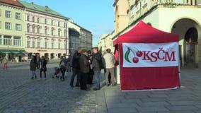 OLOMOUC, RÉPUBLIQUE TCHÈQUE, LE 2 SEPTEMBRE 2018 : Support pré-électoral dans la place du parti communiste de la Bohême et de la  banque de vidéos