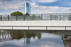 Olomouc República Checa 25 de agosto de 2014, edificio de BEA Centrum que refleja en el río tranquilo Morava así como un pescador Imagenes de archivo