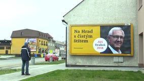 OLOMOUC, REPÚBLICA CHECA, EL 12 DE DICIEMBRE DE 2017: Cartelera en apoyo de la candidatura Jiri Drahos en la elección directa a almacen de video
