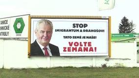 OLOMOUC, REPÚBLICA CHECA, EL 18 DE ENERO DE 2018: Cartelera en apoyo de la candidatura de Milos Zeman en la elección directa a almacen de metraje de vídeo