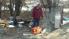 OLOMOUC, REPÚBLICA CHECA, EL 29 DE ENERO DE 2018: Los paneles del tablero y fuego de madera ardientes pobres sin hogar el crear p almacen de metraje de vídeo