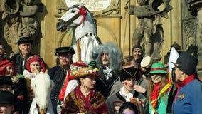 OLOMOUC, REPÚBLICA CHECA, EL 29 DE FEBRERO DE 2019: Columna de la plaga de la herencia del festival de las máscaras de la celebra almacen de video