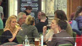 OLOMOUC, REPÚBLICA CHECA, EL 4 DE FEBRERO DE 2016: Gente en el restaurante checo del jardín de lujo, tostando los vidrios almacen de video