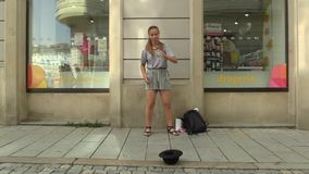 OLOMOUC, REPÚBLICA CHECA, EL 5 DE JULIO DE 2018: La muchacha de los artes de la calle realiza el salto de la calle, haciendo jueg metrajes