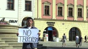 OLOMOUC, REPÚBLICA CHECA, EL 15 DE JUNIO DE 2017: Demostración contra el terrorismo y el terror, bandera ningún terrorismo almacen de metraje de vídeo