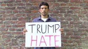 Olomouc, República Checa, el 15 de junio de 2017: Demostración contra presidente Donald Trump, odio del triunfo de la bandera, ca almacen de video