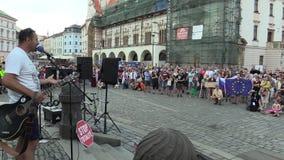 Olomouc, República Checa, el 15 de mayo de 2018: Activista y músico Ziggy Horvath en una demostración contra la prima almacen de video