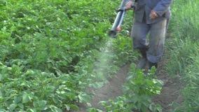 Olomouc, República Checa, el 15 de mayo de 2018: Espray moderno del pesticida químico de la patata contra el escarabajo de la pat almacen de video