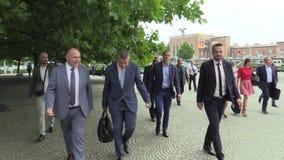 Olomouc, República Checa, el 15 de mayo de 2018: El primer ministro checo Andrej Babis viene a las negociaciones políticas en el  metrajes