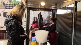 OLOMOUC, REPÚBLICA CHECA, EL 7 DE OCTUBRE DE 2017: Estado del soporte del mercado para vender el café italiano auténtico con lech almacen de video