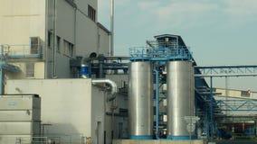 OLOMOUC, REPÚBLICA CHECA, EL 24 DE OCTUBRE DE 2018: Torres del almacenamiento de la fábrica para la violación de semilla oleagino almacen de metraje de vídeo