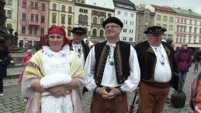 Olomouc, República Checa, o 1º de abril de 2018: Homens e mulher no traje popular tradicional de Hana na grande Páscoa video estoque