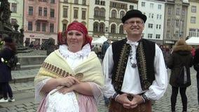 Olomouc, República Checa, o 1º de abril de 2018: Homens e mulher no traje popular tradicional de Hana na grande Páscoa vídeos de arquivo