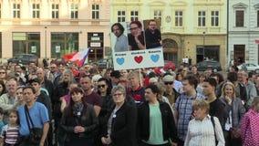 Olomouc, República Checa, o 9 de abril de 2018: A demonstração dos povos aglomera-se contra o primeiro ministro Andrej Babis e filme