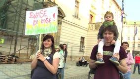 OLOMOUC, REPÚBLICA CHECA, O 9 DE ABRIL DE 2018: Demonstração dos povos contra o primeiro ministro Andrej Babis e presidente video estoque