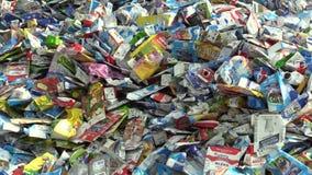 OLOMOUC, REPÚBLICA CHECA, O 25 DE ABRIL DE 2018: A pilha do desperdício classificou a coleção da caixa do cartão que empacota em  video estoque
