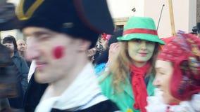 OLOMOUC, REPÚBLICA CHECA, O 29 DE FEVEREIRO DE 2019: As máscaras da celebração de Masopust do carnaval desfilam o festival, eslav video estoque