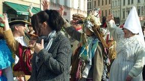 OLOMOUC, REPÚBLICA CHECA, O 29 DE FEVEREIRO DE 2019: As máscaras da celebração de Masopust do carnaval desfilam o festival, eslav filme