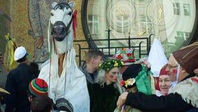 OLOMOUC, REPÚBLICA CHECA, O 29 DE FEVEREIRO DE 2019: As máscaras da celebração de Masopust do carnaval desfilam o festival perto  filme