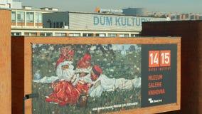 OLOMOUC, REPÚBLICA CHECA, O 29 DE FEVEREIRO DE 2019: Construção da fábrica do Bata com a bandeira da propaganda no museu do insti vídeos de arquivo