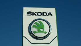 OLOMOUC, REPÚBLICA CHECA, O 30 DE JANEIRO DE 2019: Carro nas vendas do carro que constroem, céu azul de Logo Skoda, originalmente vídeos de arquivo