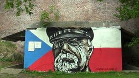 Olomouc, República Checa, o 5 de julho de 2018: Os gráficos dos grafittis de Tomas Garrigue Masaryk enfrentam e tampam e vidros n vídeos de arquivo
