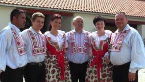 OLOMOUC, REPÚBLICA CHECA, O 30 DE JULHO DE 2017: Traje popular eslovaco histórico tradicional em Moravia Uhersky Brod video estoque