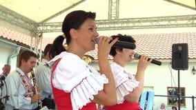 Olomouc, República Checa, o 30 de julho de 2017: Traje popular eslovaco histórico tradicional em Moravia Uhersky Brod, faixa vídeos de arquivo