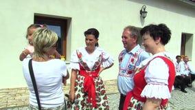 OLOMOUC, REPÚBLICA CHECA, O 30 DE JULHO DE 2017: Traje popular eslovaco histórico tradicional em Moravia Uhersky Brod, pessoa vídeos de arquivo