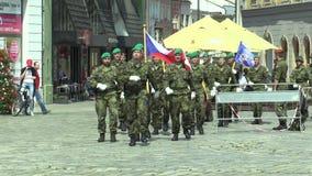 Olomouc, República Checa, o 29 de junho de 2018: A elite que a tropa do exército de República Checa é armada é quadrado de vinda, video estoque