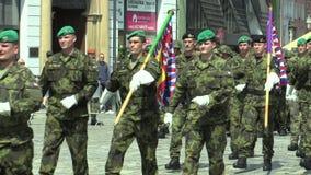 Olomouc, República Checa, o 29 de junho de 2018: A elite que a tropa do exército de República Checa é armada é quadrado de vinda, vídeos de arquivo