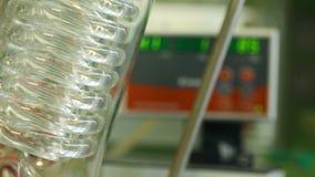 OLOMOUC, REPÚBLICA CHECA, O 17 DE NOVEMBRO DE 2016: Profissional da arruela do evaporador giratório no laboratório de química org filme