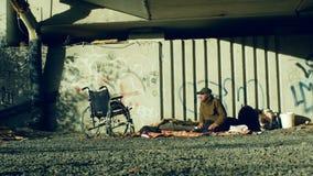 Olomouc, República Checa, o 24 de outubro de 2018: Emoção autêntica dos sem abrigo e da uma cadeira de rodas inválidos sem pés de vídeos de arquivo