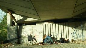 Olomouc, República Checa, o 24 de outubro de 2018: Grupo da emoção dos sem-abrigo autêntico e de uma cadeira de rodas inválidos s filme